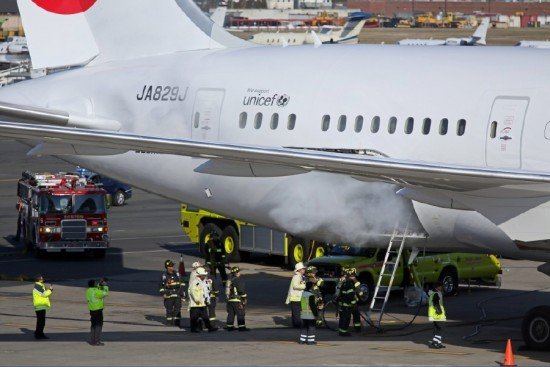 B787 JA829JA at Boston Airport during the battery fire incident (photo: NTSB)