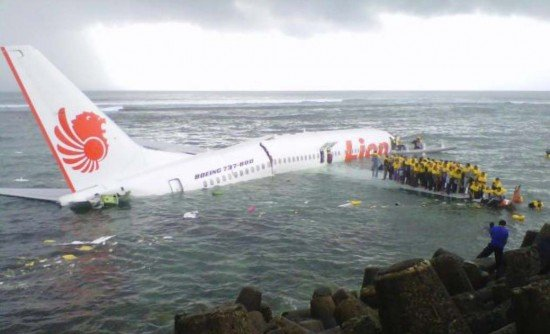 Boeing 737-800 PK-LKS during the evacuation process (photo: NTSC)