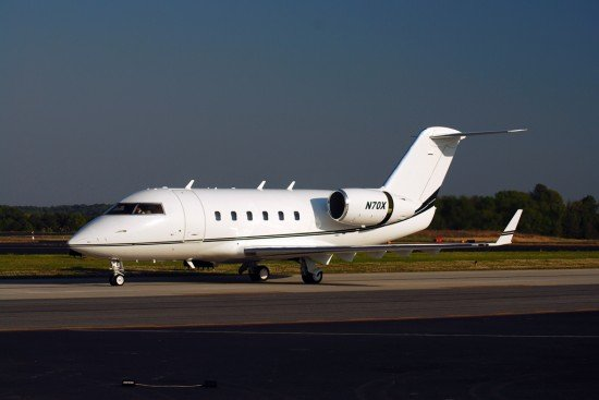 File photo of a Challenger 600 with thrust reverser deployed (Photo: User:Omoo / CC:by)